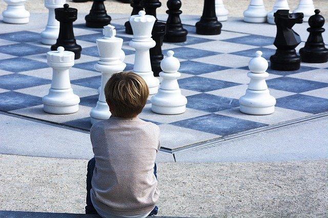 chlapec a šachy