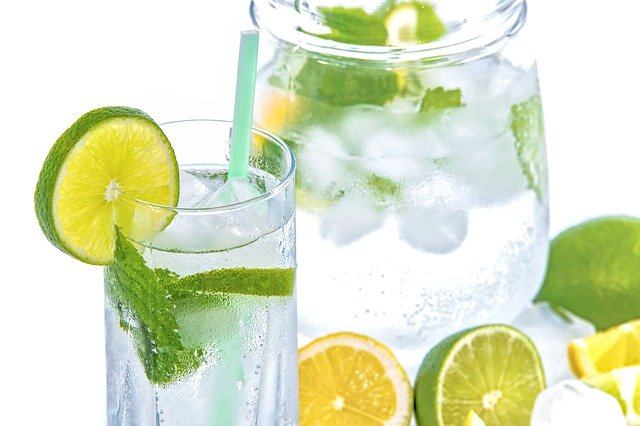 minerální voda s mátou a ovocem
