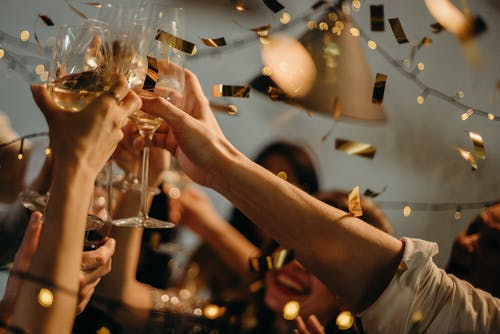 párty ruce sklenic