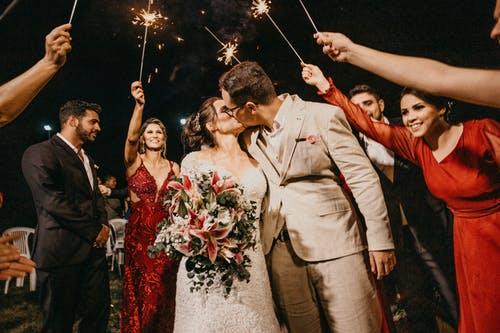 svatba lidé, prskavky